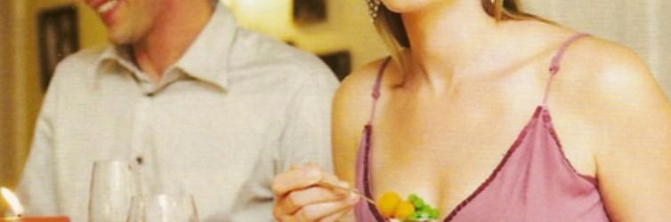 pareja comida de fiesta